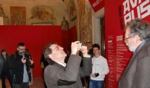 Il prof. Daniele Pauletto filma il drone in movimento, teleguidato con smartphone da un allievo dell'Ipsia Galilei
